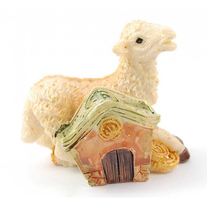 Сувенирна фигурка във формата на овца върху монети и къща