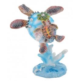 Сувенирна фигурка във формата на костенурка с малкото си върху корал - морски мотиви