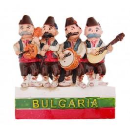 Магнитна релефна фигурка - четирима музиканти в народни носии върху българското знаме