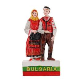 Магнитна релефна фигурка - мъж и жена в народни носии върху българското знаме