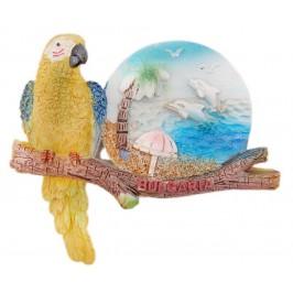 Сувенирна магнитна фигурка във формата на папагал върху клон с морски изглед