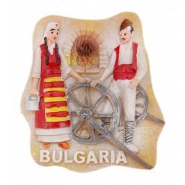 Магнитна релефна фигурка - мъж и жена в народни носии край пещ