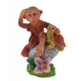 Сувенирна фигурка - маймунка върху камък с животно