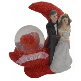 Преспапие със сърце, красиво декорирано с влюбена сватбена двойка, луна и множество миниатюрни розички