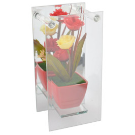 Красиво декоративно цвете в саксия върху стъклена поставка