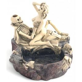 Сувенирен пепелник, декориран със скелет и нимфа в интимна поза