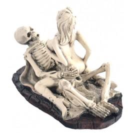 Сувенирна фигурка - скелет с наметало и нимфа в еротична поза