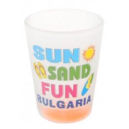 Сувенирна чаша за шот, декорирана с надпис Добре дошли в България и sun, sand, fun