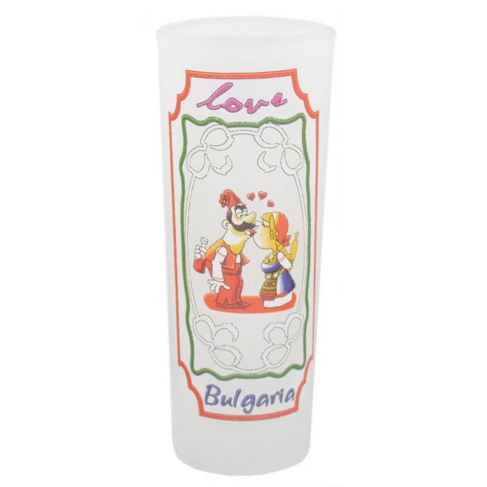 Сувенирна чаша за шот, декорирана с целуващи се мъж и жена в народни носии