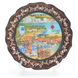 Сувенирна релефна чинийка с поставка, декорирана е с венец от рози