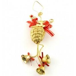 Коледна декорация за окачване в блестящи цветове - златиста шишарка, еленче и три камбанки, аранжирани с червени панделки
