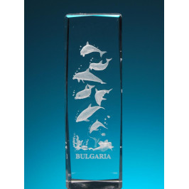 Безцветен стъклен куб с триизмерно гравирани седем делфина
