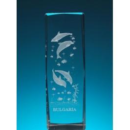 Безцветен стъклен куб с триизмерно гравирани четири делфина и малки рибки