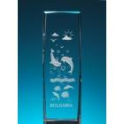 Безцветен стъклен куб с триизмерно гравирани два делфина