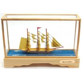 Сувенирен кораб - макет в декоративна витринка