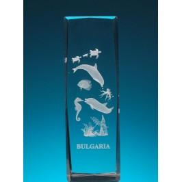 Безцветен стъклен куб с триизмерно гравирани морски обитатели