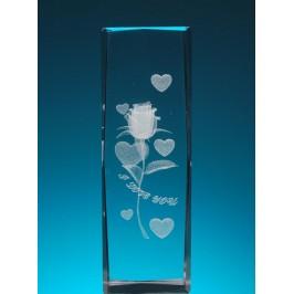 Безцветен стъклен куб с триизмерно гравирана роза със сърца