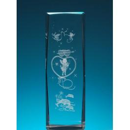 Безцветен стъклен куб с триизмерно гравирани купидонче в съце