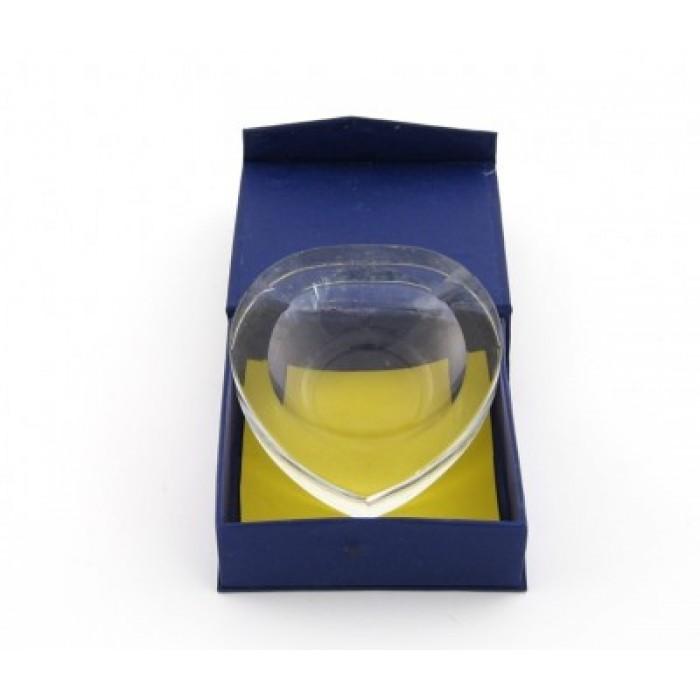 Красив стъклен пепелник с форма на сърце и стилна подаръчна кутийка