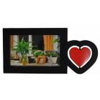Красива рамка за снимка, декорирана с червено сърце