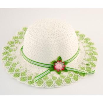 Красива плетена шапка с декоративна панделка и цвете