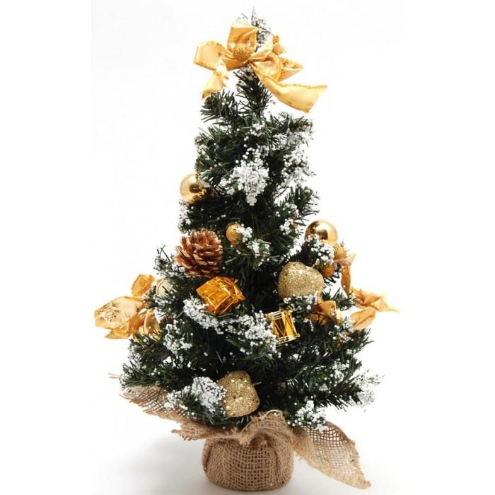 Красиво украсено коледно дръвче с декоративна конопена поставка