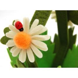 Декоративна кашпа за саксия, красиво украсена с маргаритки и калинки