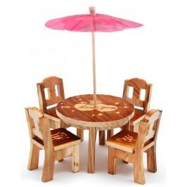 Декоративна масичка с четири стола, изработени от дърво и чадърче