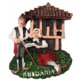 Декоративна магнитна фигурка - къща с мъж и жена в народни носии