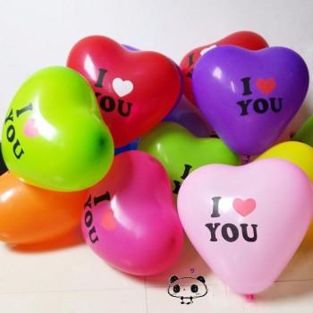 Цветни балони във формата на сърце с надпис I love you