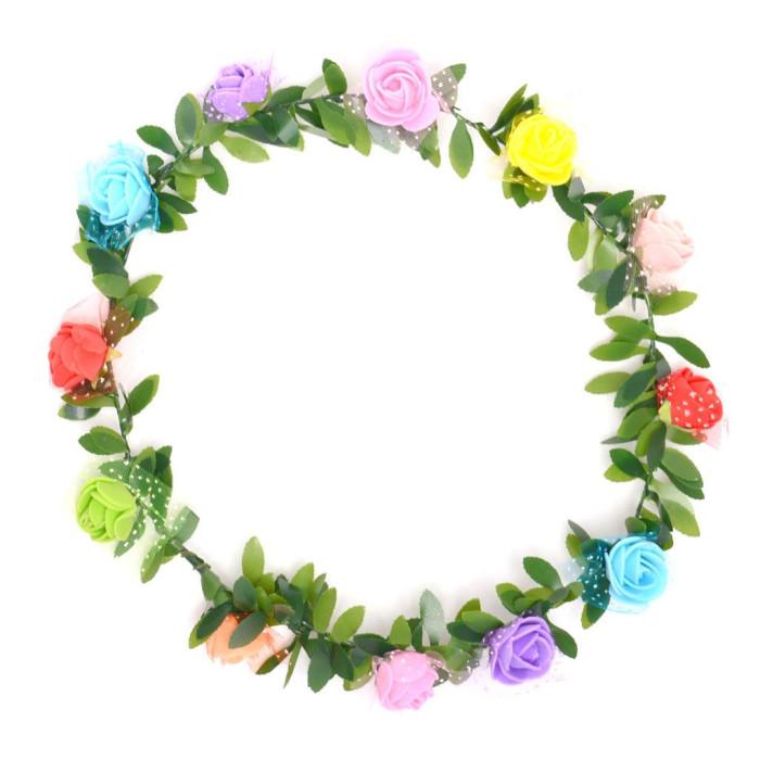 Красив венец от изкуствени рози, декорирани с нежен тюл