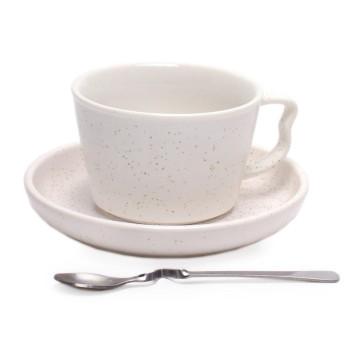Керамична чаша за кафе или чай с метална лъжичка и чинийка