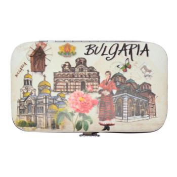 Сувенирен несесер за маникюр, декориран с роза, жена в носия, пеперуда в цветовете на знамето, забележителности от страната и надпис Bulgaria