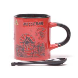 Сувенирна керамична чаша с лъжичка, декорирана с Варненската катедрала и Вятърната мелница в Несебър