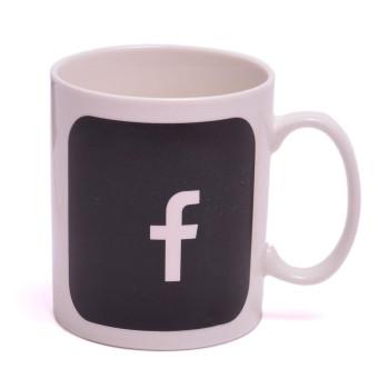 Магическа порцеланова чаша с декорация - Facebook, която се променя след като се налее топла течност