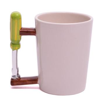 Порцеланова чаша с дръжка във формата на отвертка
