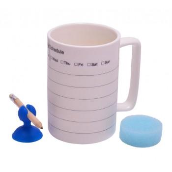 Бяла порцеланова чаша разграфена като календар бележник с молив и гъбичка