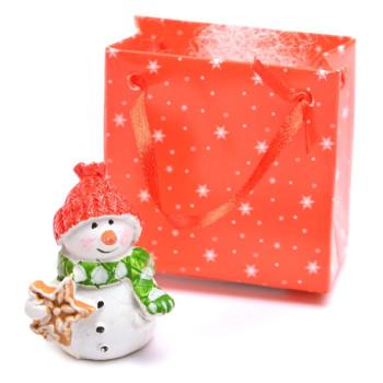 Декоративна фигурка - снежен човек с бисквитка, в подаръчна торбичка, подходяща за тематична украса