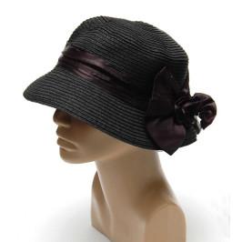 Елегантна плетена шапка, декорирана с панделка от плат