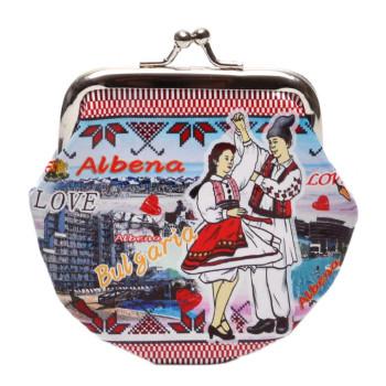 Сувенирно малко портмоне от изкуствена кожа с изобразени: крайбережната ивина на Албена и танцуващи мъж и жена в народни носии