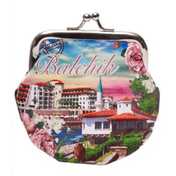 Сувенирно малко портмоне от изкуствена кожа с изобразени: хотели на крайбережната ивина и двореца в Балчик